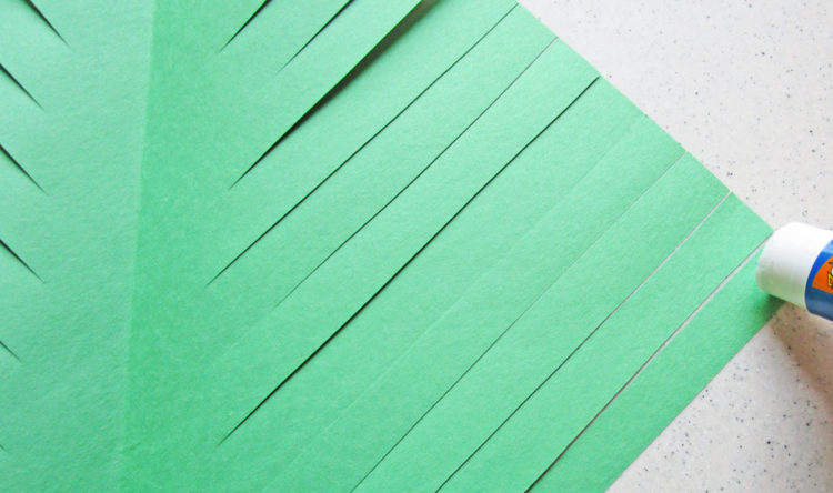 Glue the tips of the paper.