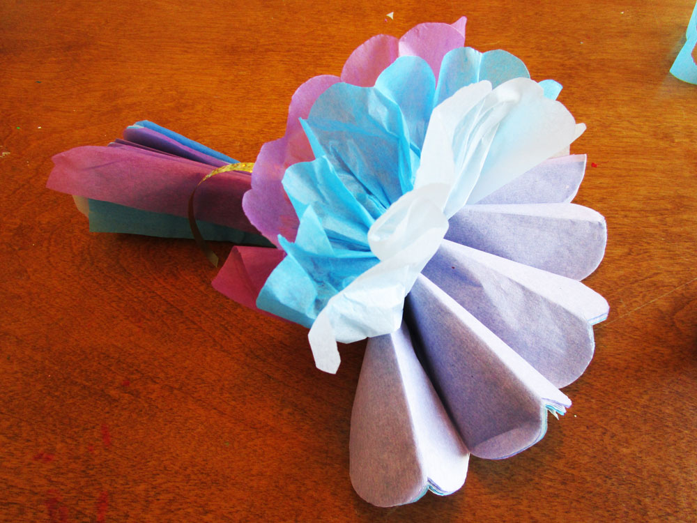 Kids can make this big carnation flowers using tissue paper. KinderArt.com
